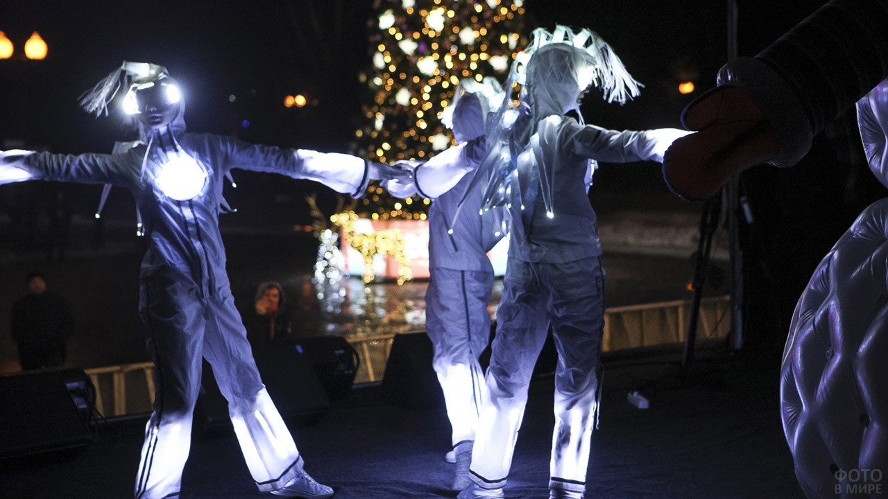Новогоднее театрализованное представление в светящихся костюмах