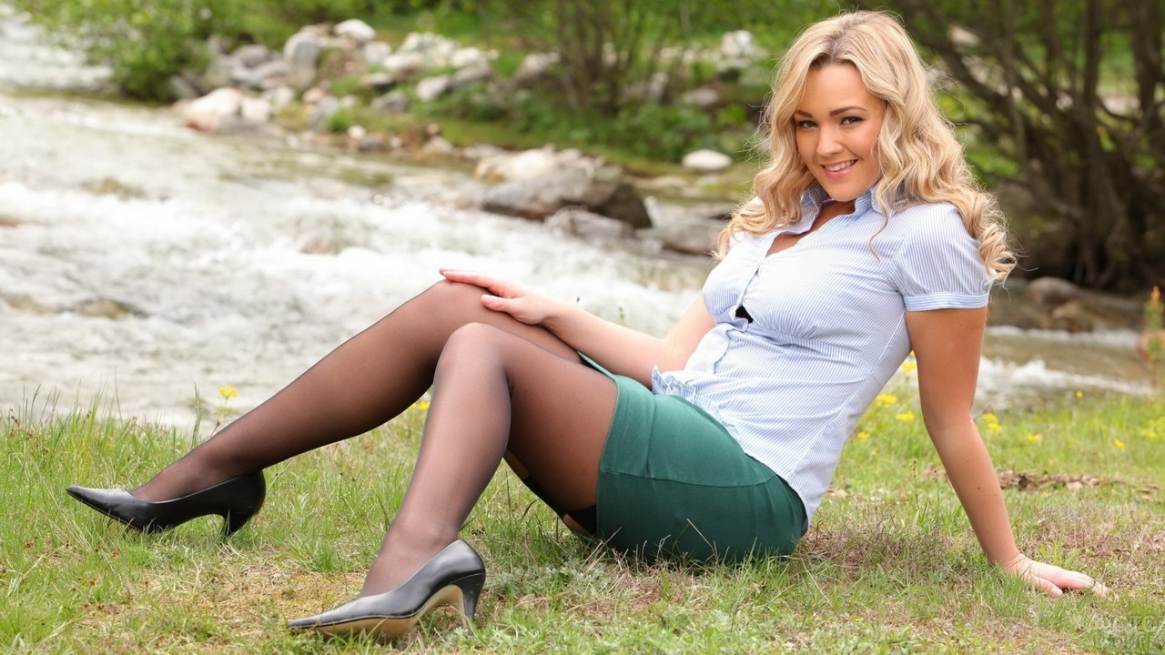Блондинка на траве у реки