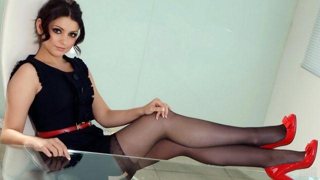 Девушка положила ноги на стол