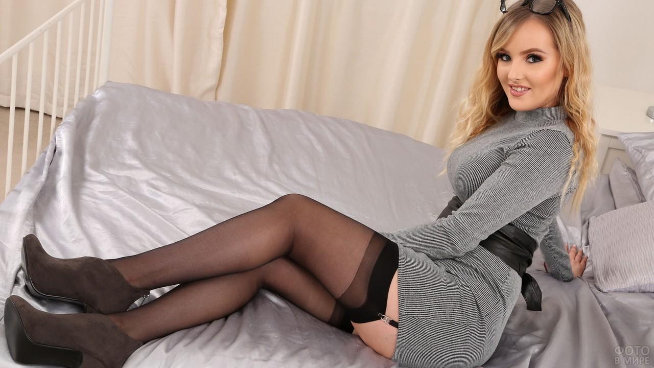 Девушка в чулках на кровати