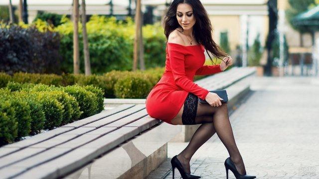 Красотка в красном платье на лавке