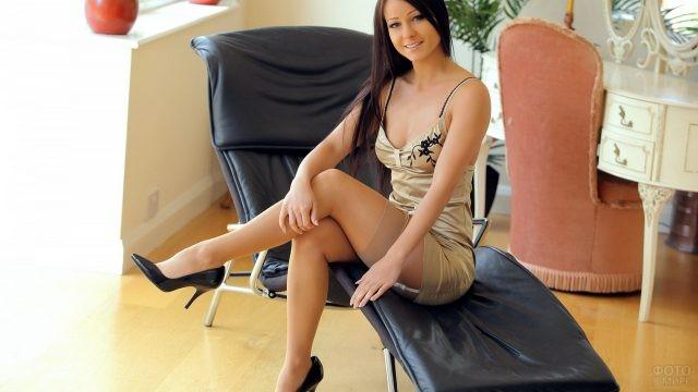 Милашка на кожаном кресле