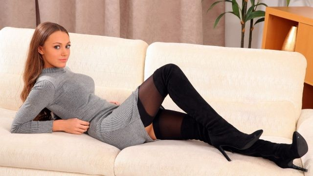 Нежная девушка в чулках на диване