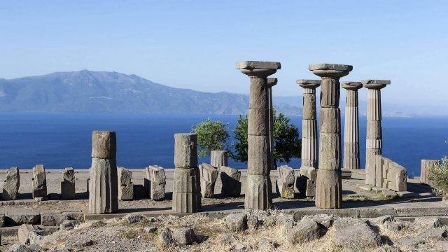 Древний город Троя на фоне моря