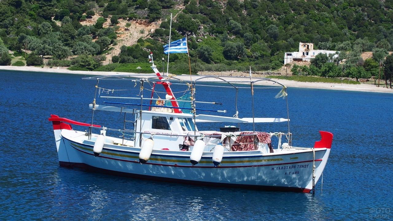 Лодка в море у острова