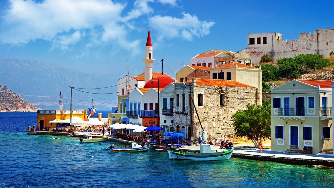 Старинный городок на побережье Эгейского моря