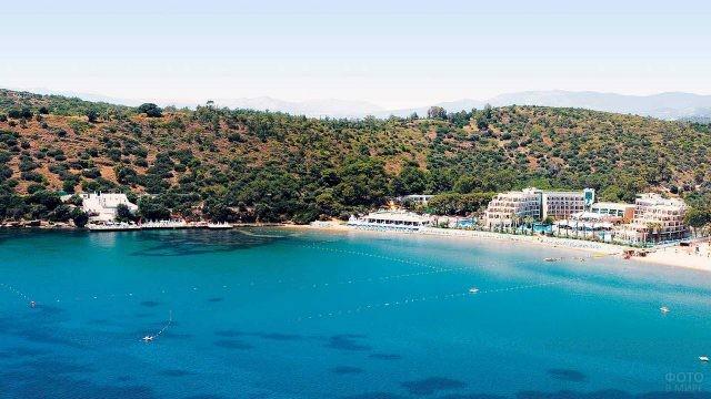 Вид с моря на гостиничный комплекс