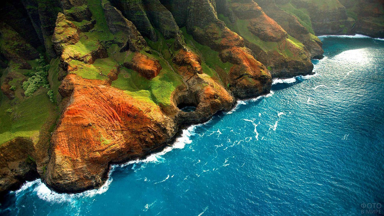Аэросъёмка скал с тропическим лесом