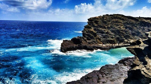 Бирюзовая океанская вода среди скал острова Оаху