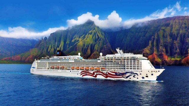 Круизный лайнер у побережья Гавайев