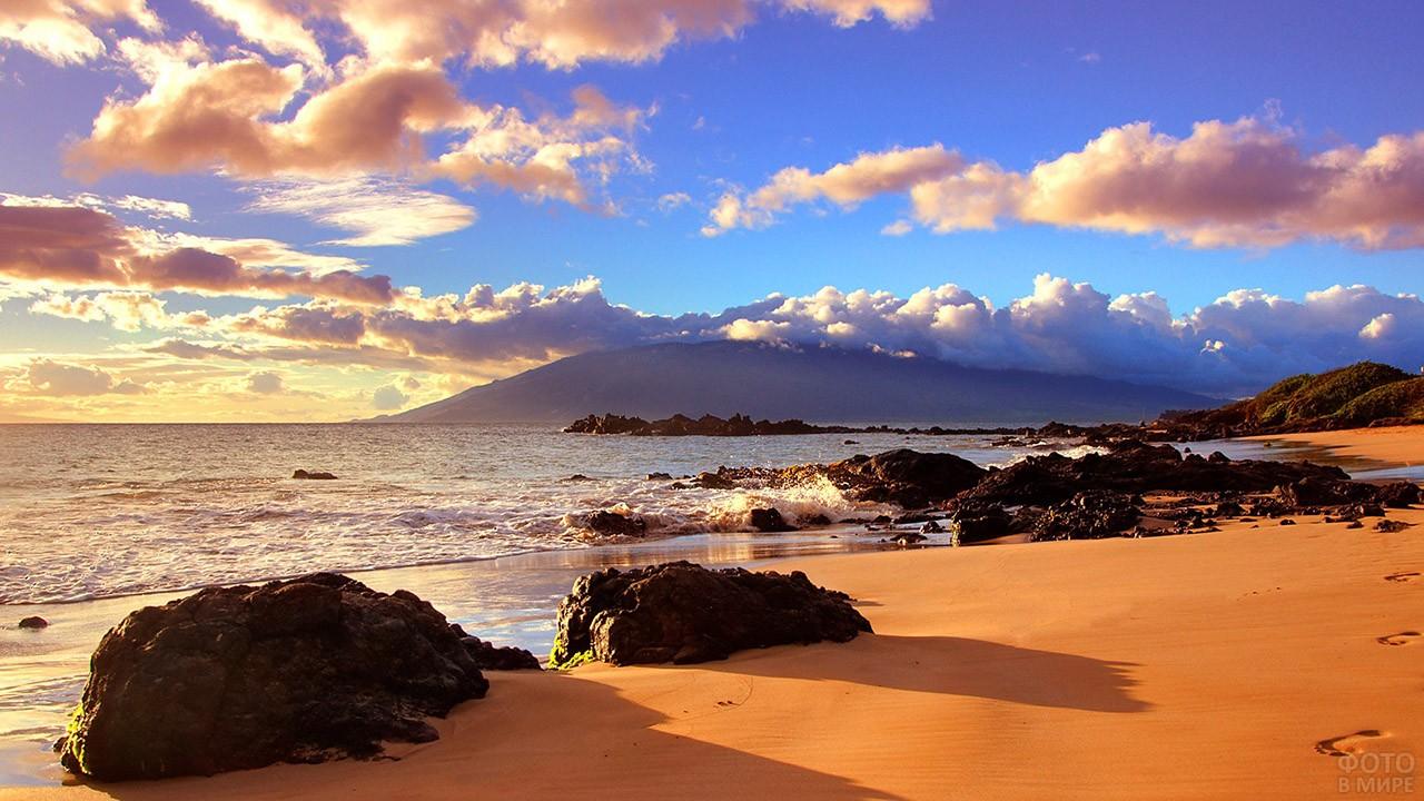 Вечер на диком песчаном пляже