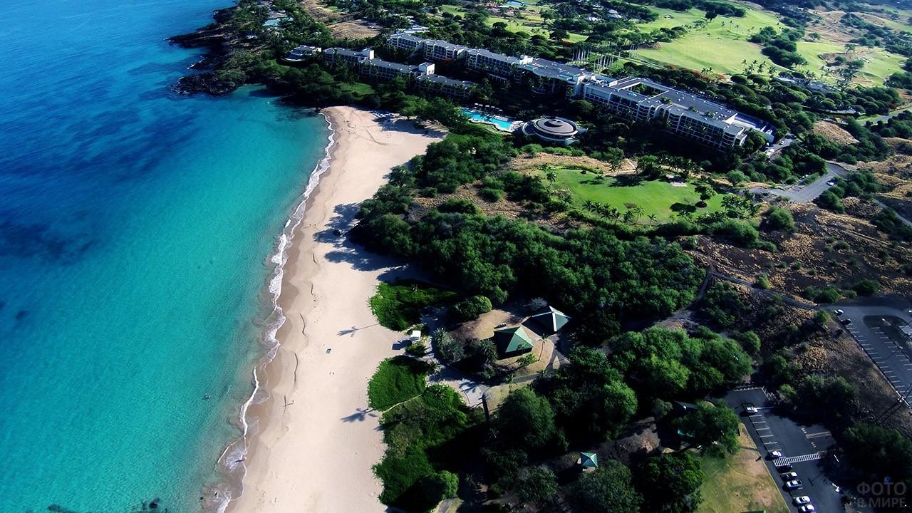 Вид сверху на пляж и отели курорта Каилуа-Кона