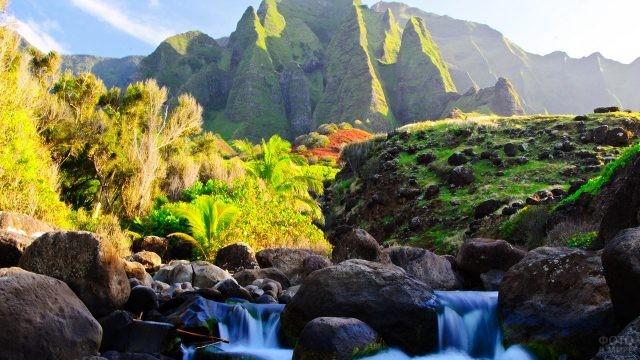 Водопад среди тропиков с видом на древние скалы