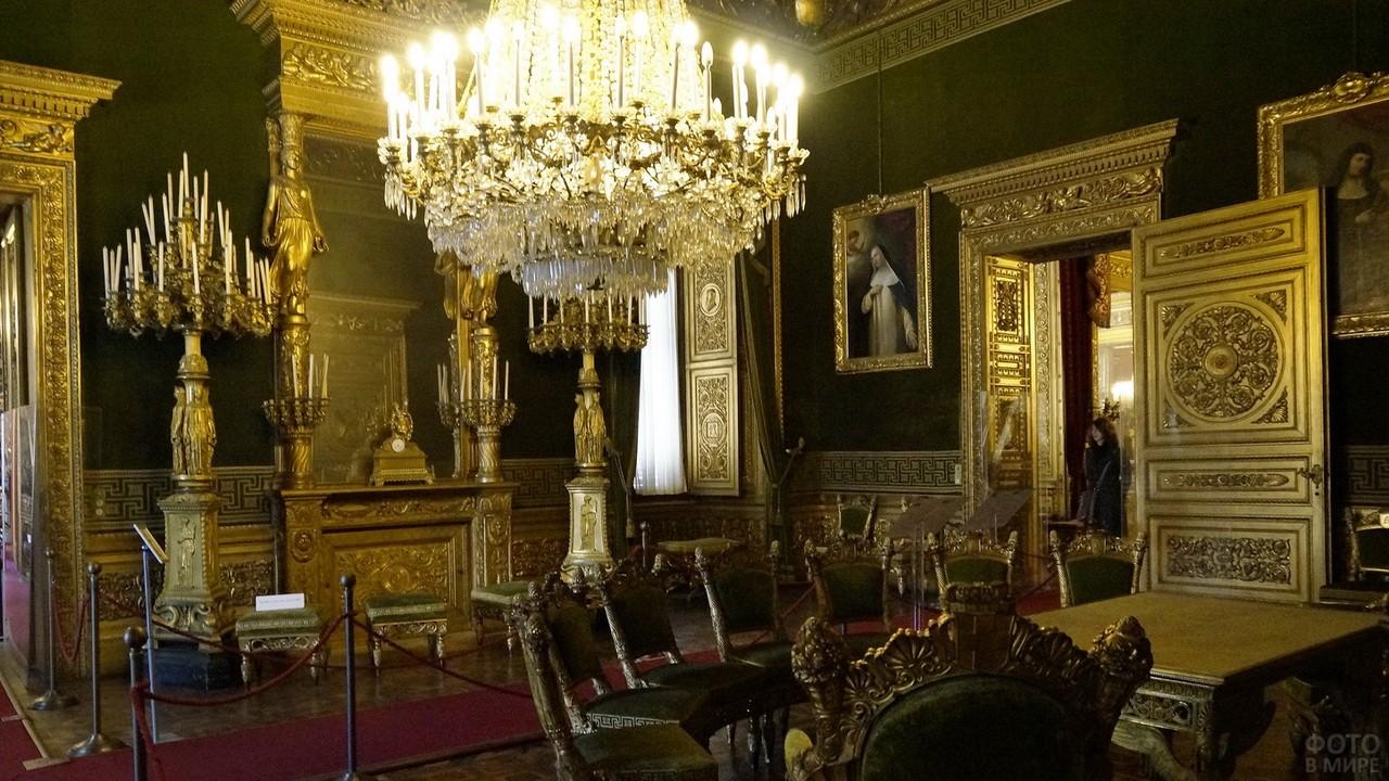 Богатое убранство старинной комнаты