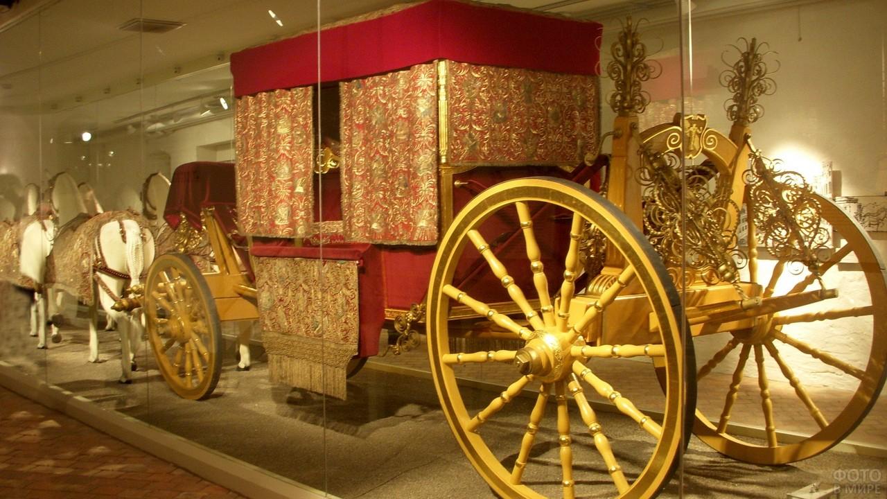 Царская карета с лошадьми