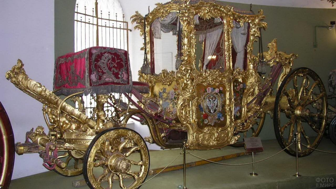 Королевская карета у окна