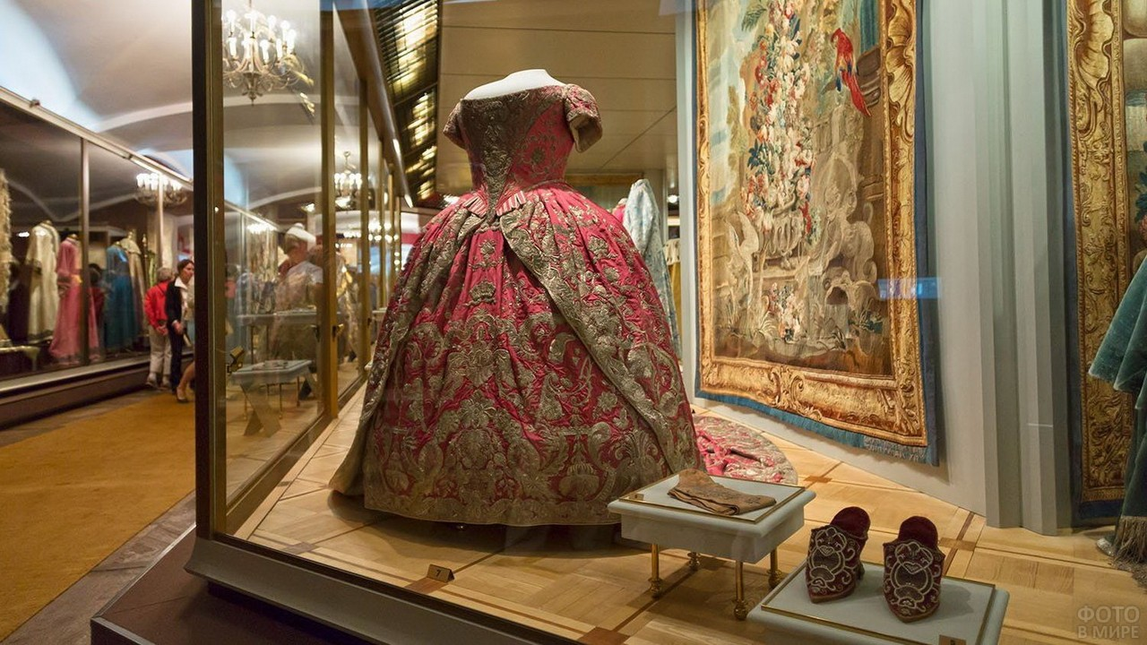 Королевское платье за стеклом