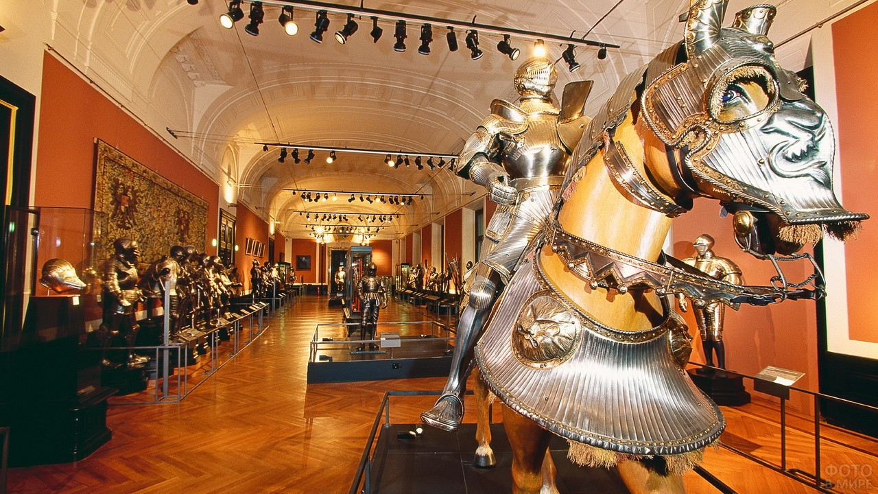 Рыцарь на лошади в зале музея