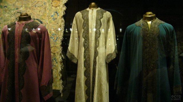 Старинная одежда за стеклом