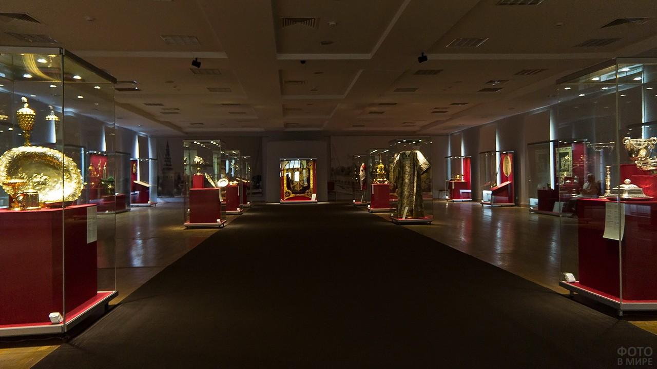 Зал с экспонатами в музее