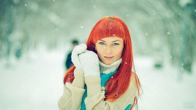 Яркая девушка в варежках в зимнем лесу