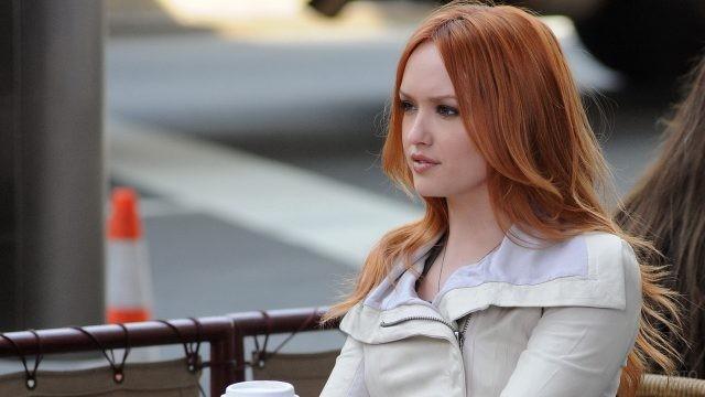 Кайли Дэфер в уличном кафе