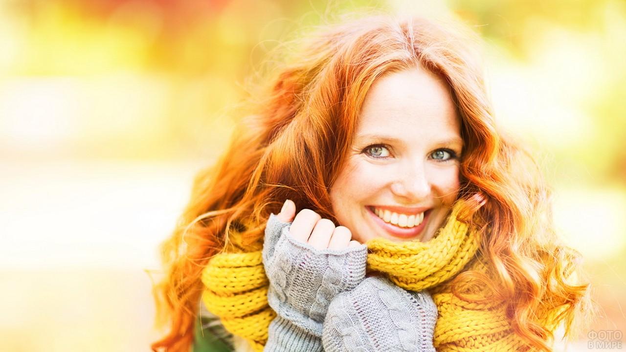Лучезарная девушка закутана в шарф