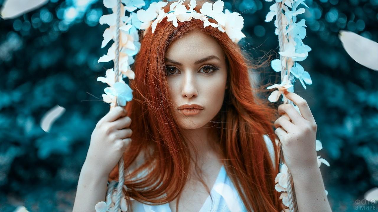 Романтичная девушка на качелях в цветах