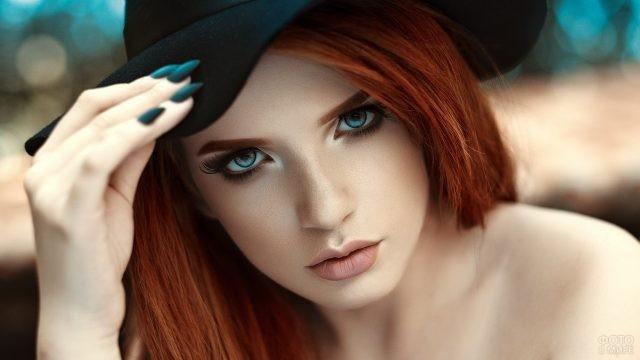 Рыжеволосая девушка с выразительным взглядом