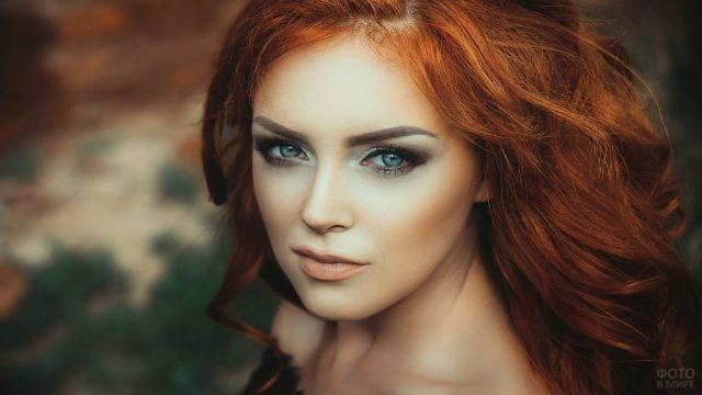Рыжеволосая с чрезмерным макияжем на лице