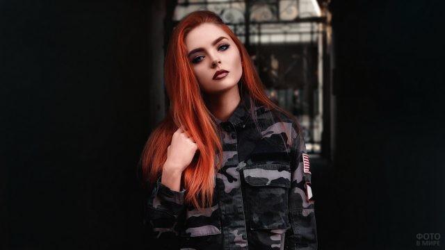 Серьёзная девушка в военной одежде