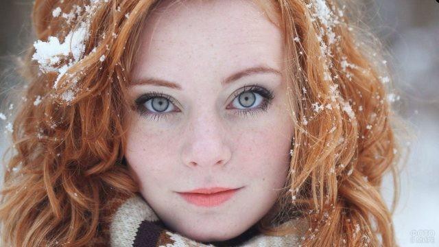 Снег в волосах у рыжей девушки