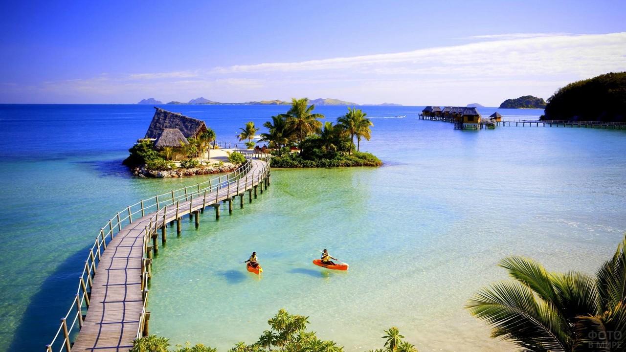 Мост к домику в океане на Фиджи