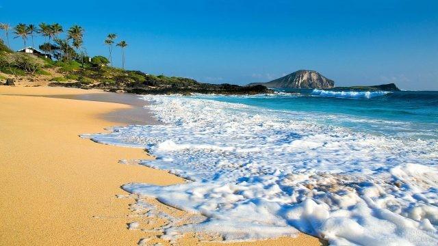 Пена от волн на гавайском пляже