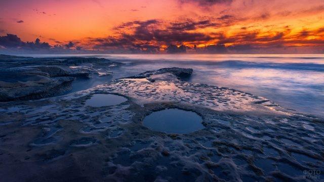 Рельефы побережья на закате