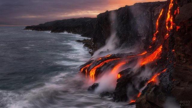 Вулкан извергается в Тихий океан