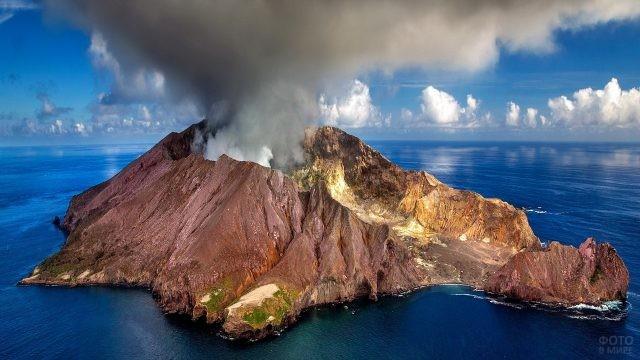 Вулкан Уайт-Айленд в Тихом океане