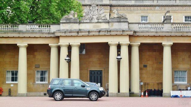 Автомобиль у Посольского входа