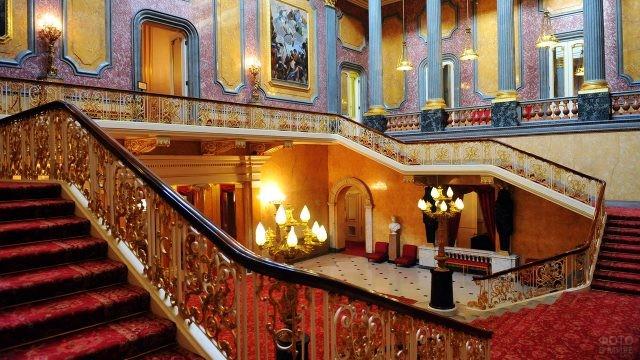 Балюстрада Парадной лестницы и галерея второго этажа