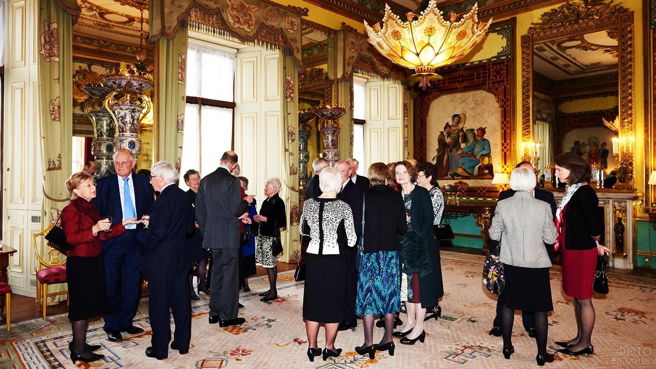 Гости в Центральной комнате