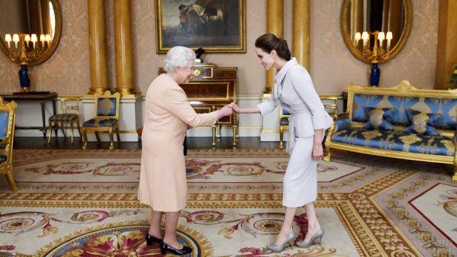 Королева Елизавета II и актриса Анджелина Джоли в аудиенц-зале
