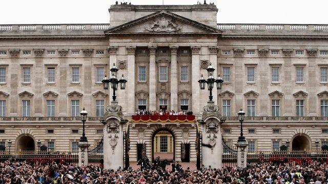 Королевская семья на балконе перед ликующей толпой