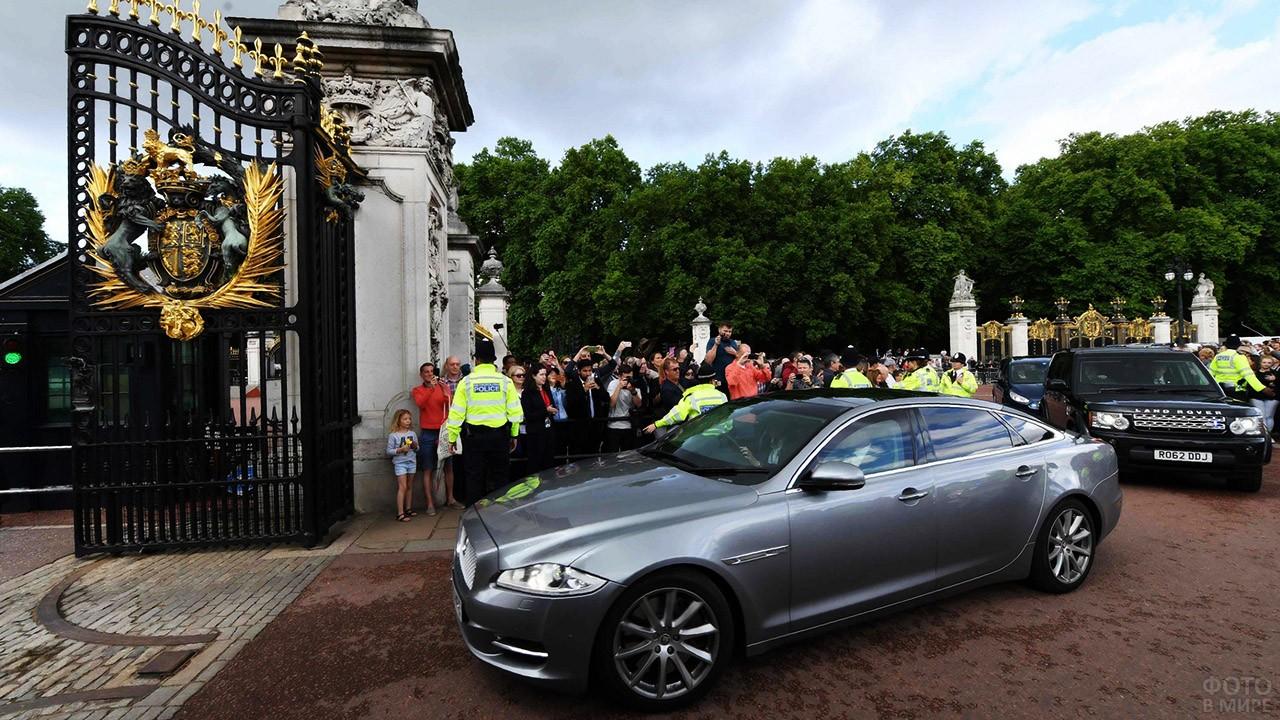 Кортеж Премьер-министра въезжает в главные ворота с Мэлл-стрит