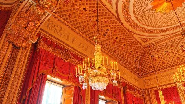 Люстры и фриз тронного зала