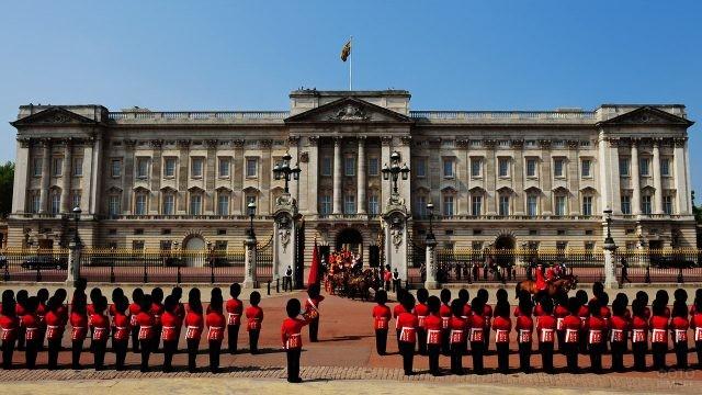 Почётный караул приветствует карету королевской семьи