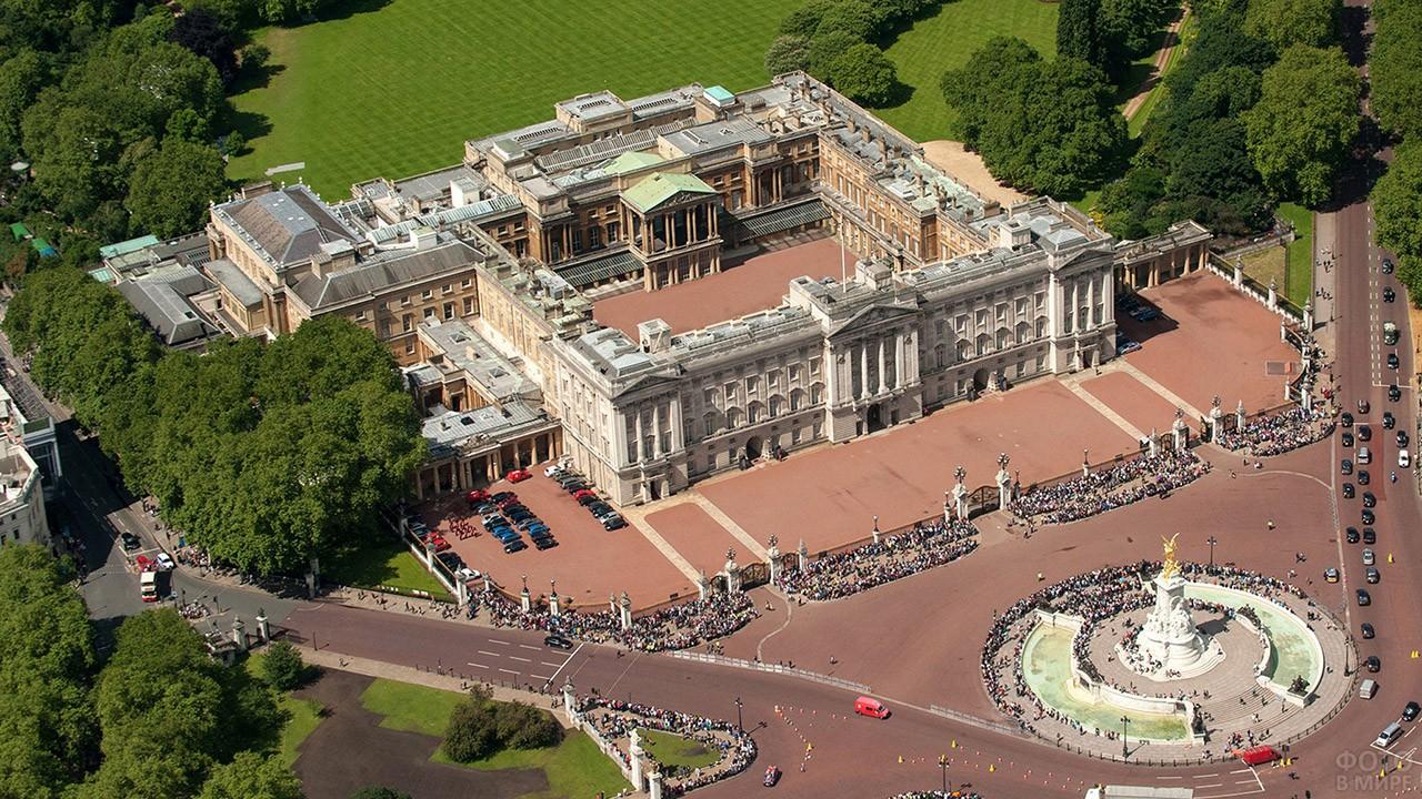 Вид сверху на памятник королеве Виктории и Букингемский дворец