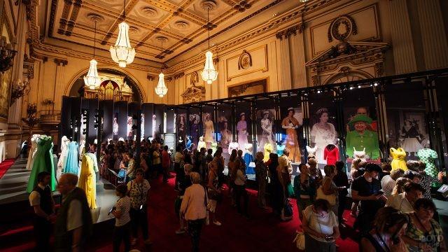 Выставка нарядов и портретов королевы Елизаветы II