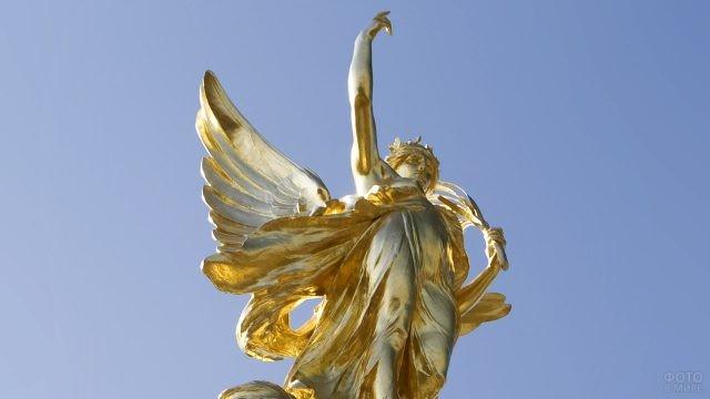 Золочёная фигура Победы на памятнике королеве Виктории