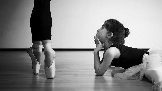 Девочка смотрит на балерину
