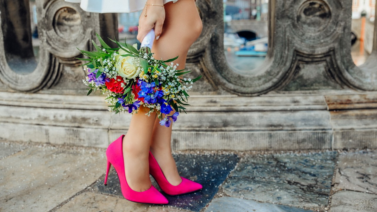 Девушка с буком цветов